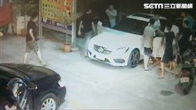 屏東潮州賓士駕駛因行車糾紛遭人圍毆砸車/翻攝畫面