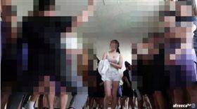 翻攝自《sbs》 女網紅跑進國中實況 在男學生包圍下脫衣