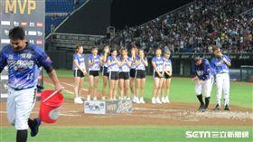 ▲Lamigo捕手劉時豪獲得單場MVP,遭到隊友水桶招呼。(圖/記者蕭保祥攝)