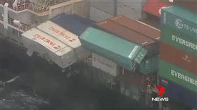 陽明海運83個貨櫃落海 衛生棉、口罩飄澳洲外海(圖/翻攝自7 News Sydney臉書)