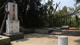 撲殺共軍水鬼 狗中尉茜露成戰鬥英雄(1)民國44年,戰鬥英雄靈犬「茜露中尉」在大膽島上以一擋三,撲殺2名、重創1名共軍水鬼,如今茜露的墓塚(圖)就在大膽島上,見證人犬在戰場上的情感。中央社記者游凱翔攝 107年6月3日