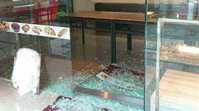 奧客不付1塊錢還扔老闆娘奶茶!雙方大打出手撞破店家玻璃(圖/翻攝自爆廢公社)