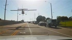 美國加州一架小飛機迫降在大馬路上,神技術無造成任何傷亡。(圖/翻攝World News YouTube)