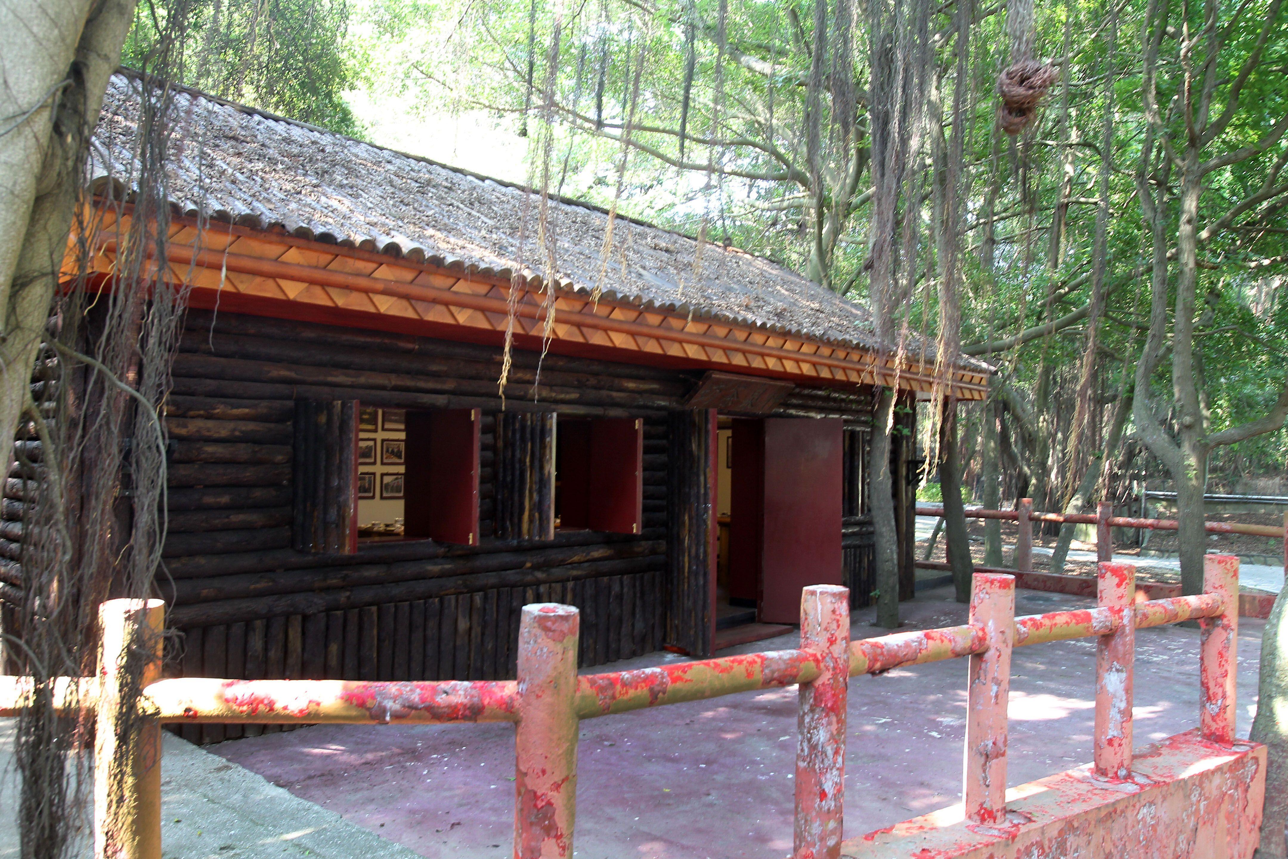 「神泉茶坊」因為茶坊旁有口神泉井,是島上官兵喝茶休閒娛樂的好地方。(記者邱榮吉/大膽島拍攝)