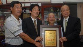 行政院長賴清德2011年擔任台南市長時,頒發台南市升格後第一塊「造福桑梓」匾額給鄭德罕池,表揚他為台南市的卓越市民。(圖/翻攝賴清德臉書)