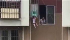 男童脖子卡陽台懸掛空中,看得讓人嚇歪。(圖/翻攝梨視頻)