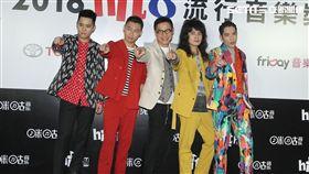 蕭敬騰帶領獅子合唱團與羅大佑在Hit Fm頒獎典禮表演。(記者/邱榮吉攝影)