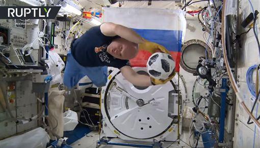 ▲太空人在無重力狀態下玩足球高難度動作。(圖/翻攝自YouTube)
