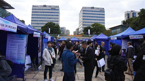 上海辦兩岸大學生就業招聘會2017兩岸大學生就業專場招聘會4日在上海楊浦區舉行,15家台資企業及數十家大陸本地企業、外資企業參加。有業者表示,越來越多台灣年輕人前往大陸找工作。中央社記者張淑伶上海攝 106年11月4日