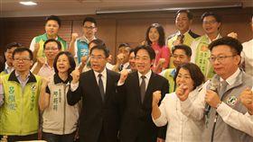 賴揆台南餐敘  勉綠營團結勝選行政院長賴清德(前左4)2日和民進黨提名的台南市長參選人黃偉哲(前左3)及市議員參選人餐敘,替他們加油打氣,也勉勵大家團結一致,達到市長高票當選,市議會席次過半的總目標。中央社記者張榮祥台南攝  107年6月2日