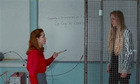 ▲伊莎貝雨蓓在《雙面海德》飾演一名令學生討厭的物理老師。
