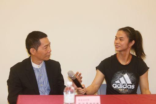 許淑淨宣布退役 教練蔡溫義不捨(3)台灣舉重奧運金牌女將許淑淨(右)宣布將結束選手生涯,4日在教練蔡溫義(左)陪同下召開記者會說明,蔡溫義對愛將無奈因傷提前引退深感不捨,也肯定她一路上的努力。中央社記者董俊志攝  107年6月4日