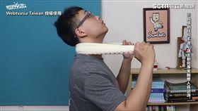 物理治療師教網友用毛巾操根除脖子疼痛問題。