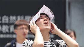 天氣穩定 台北悶熱依中央氣象局預報,全台各地4日天氣穩定,氣溫持續回升,各地高溫約在攝氏32至35度間,民眾易感悶熱。圖為走在台北街頭的民眾以紙張遮擋陽光。中央社記者吳翊寧攝 107年6月4日