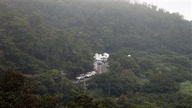 F-16失聯 五分山起霧搜救增難度一架由飛官吳彥霆駕駛的F-16單座戰機4日下午在新北、基隆交界一帶山區失聯,軍警消據報出動在五分山周邊搜救,傍晚山上霧氣漸濃,增加搜救困難度。中央社記者徐肇昌攝 107年6月4日