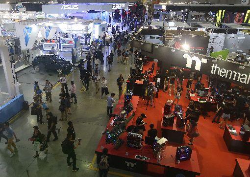 國電展開幕(1)台北國際電腦展(COMPUTEX)5日在南港展覽館登場,總計有30國共1602家廠商參展,聚焦5G、區塊鏈、AI、IOT、創新與新創、電競與虛擬實境等6大主題。中央社記者張新偉攝  107年6月5日