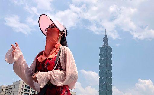 台北出現攝氏37.3度高溫中央氣象局觀測,5日中午11時53分,台北出現攝氏37.3度高溫,提醒民眾注意防曬並多補充水分。中央社記者王飛華攝 107年6月5日