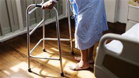 -老人-行動不便-安養院-療養院-長照-住院-四腳拐杖-助行器-(圖/翻攝自cuidadordehospital.es)