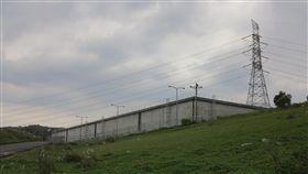 核四轉型綜合電力園區 事半功倍(1)占地480公頃的核四廠,包含山地和平地。除了2部機組約占100公頃外,仍有380公頃空地可利用,且相關電源線、開關場、重件碼頭及廠區道路基礎設施已相當完備,不管是作為太陽能、風力的再生能源或在其他空地增設燃氣機組,都可以事半功倍。圖為冷水池山坡地。中央社記者林孟汝攝  106年12月24日-龍門電廠-核四廠-