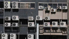 天熱難耐 5月用電量創紀錄(2)近期天氣高溫炎熱,全台各地5月用電量已罕見創下歷史新高。行政院發言人徐國勇31日表示,今年供電吃緊是因為梅雨來太慢,但因陸續將有發電機組完工投入運作,今年不太可能限電。中央社記者董俊志攝 107年5月31日