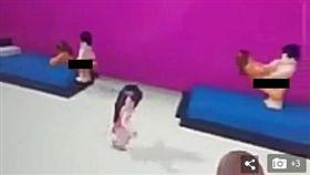 澳洲一名6歲女童喜歡玩一款《機器磚塊》(Roblox)線上遊戲,她接受一名怪叔叔邀約進入「私人遊戲區」,沒想到裡面的虛擬遊戲角色直接上演活春宮。女童的媽媽發現後氣炸了,將交歡影片和照片傳至遊戲總部檢舉,目前該性愛遊戲已被移除。(圖/翻攝自每日郵報)