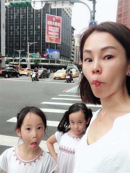 ▲彭佳慧有一對雙胞胎女兒。(圖/翻攝自臉書)