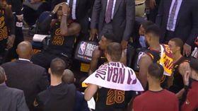 LeBron James在板凳上無言以對(圖/翻攝自YouTube)
