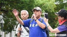 八百壯士聚集立法院外反年改抗議,吳斯懷。 (圖/記者林敬旻攝)