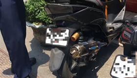 大媽牽車自己去燙到排氣管,氣得要車主賠她醫藥費。(圖/翻攝YouTube)