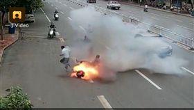 大陸,江西,贛州,電動車,起火,爆炸,駕駛,乘客,逃生,燒傷,不合格(圖/翻攝自《梨視頻》)