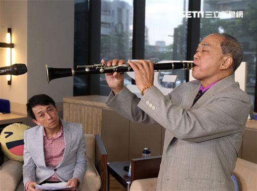 國寶級音樂家王吉宣(番王)安安大明星奏出美麗的旋律。(記者邱榮吉/攝影)