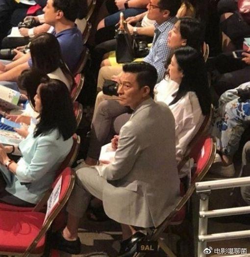 畢業典禮劉德華竟坐台下 全程「甜滋滋」望女兒(圖/翻攝自微博)
