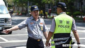 16:9 萬安演習,民眾車輛配合警方疏散。 (圖/記者林敬旻攝)