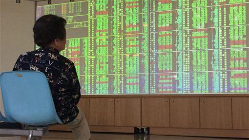 16:9台股開低走低(2)台股30日受到國際股市普遍大跌影響,指數開低走低,盤中大跌超過150點,跌破季線10845點。中央社記者董俊志攝 107年5月30日
