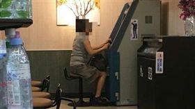 婦人超商ATM領錢能打電動?(圖/翻攝自爆廢公社)