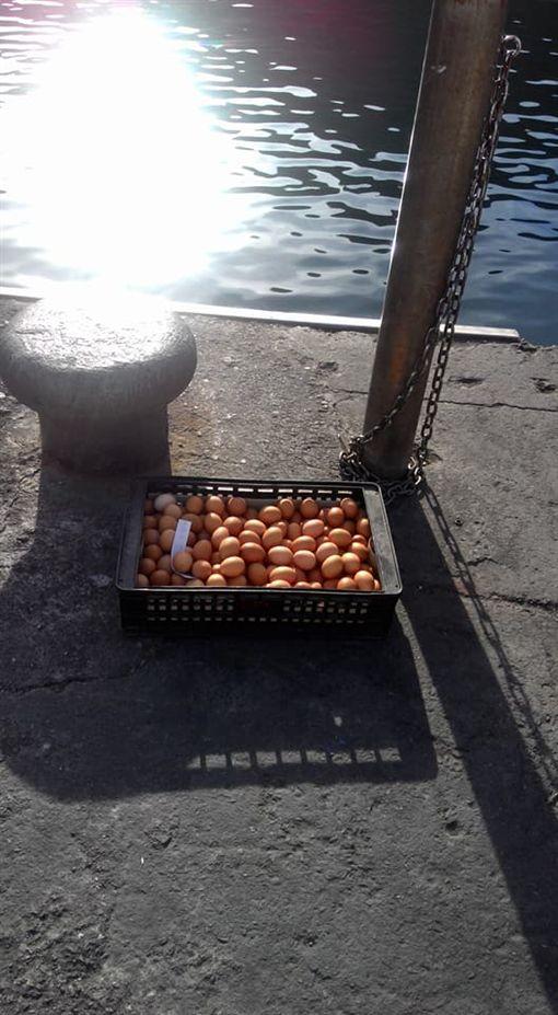 媽媽忘了我?雞蛋遭棄港口曬太陽 網笑:小雞快孵出來啦圖翻攝自綠島大小事