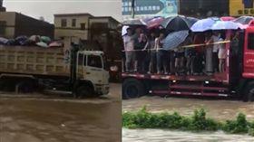 暴雨阻礙考生赴考場,解放軍出動貨車運送,網友調侃像「運豬」。(圖/翻攝微博)