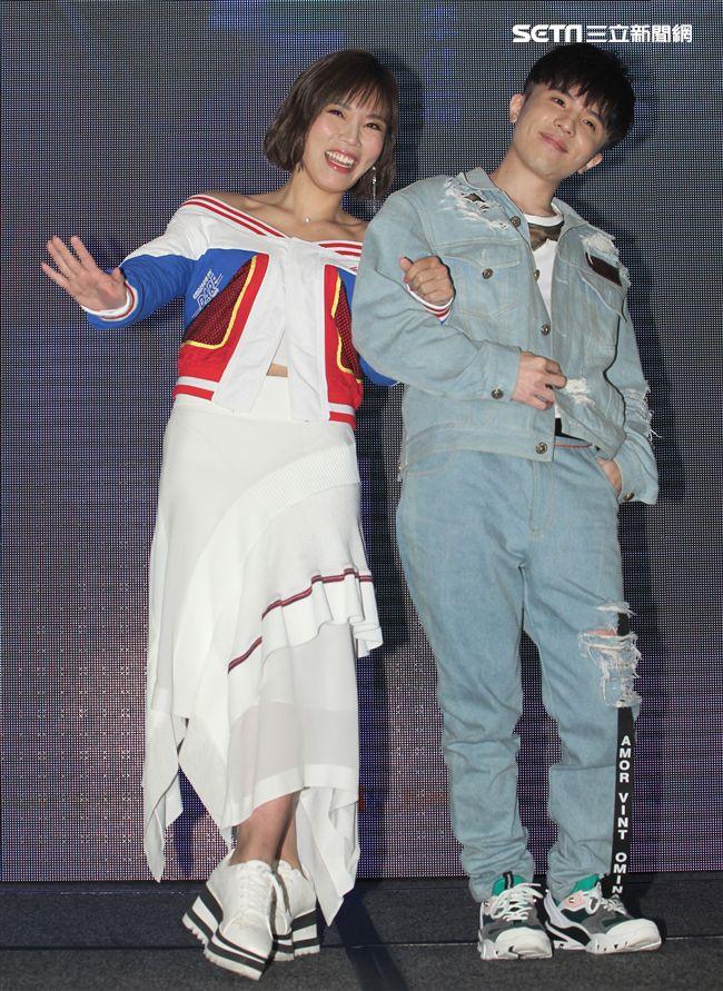 李佳薇全新專輯發片,好友歌手小宇宋尚能量電池加油打氣。(記者邱榮吉/攝影)