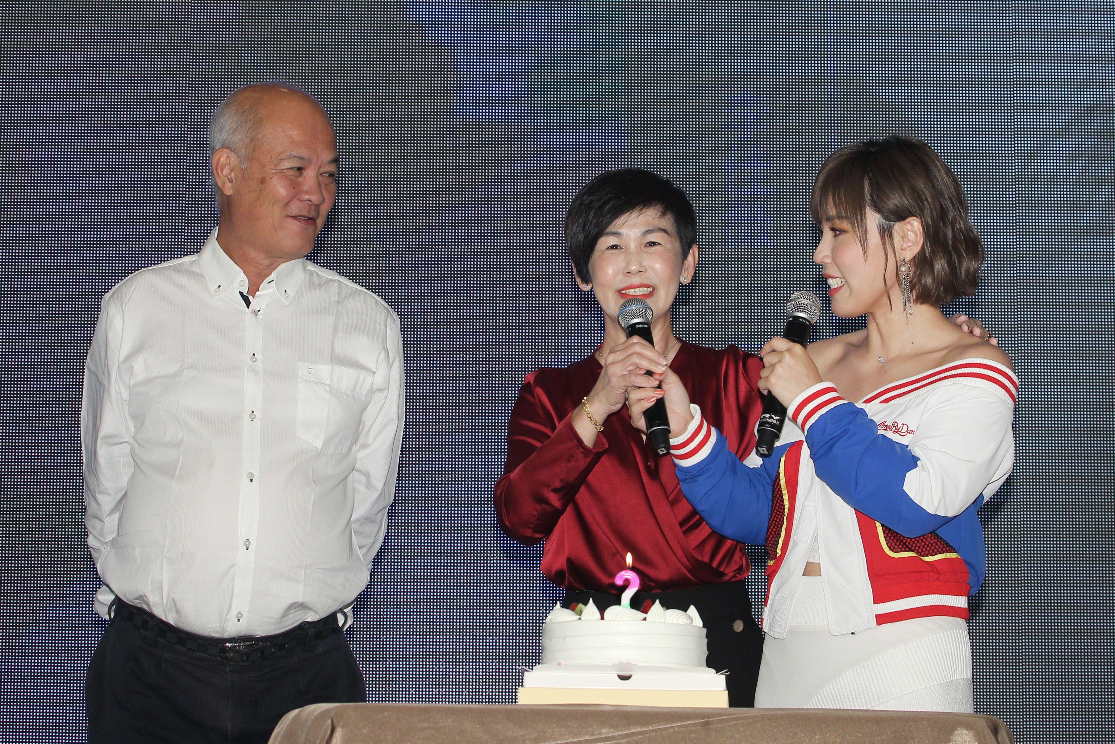 「能量歌姬」李佳薇發片,馬來西亞的爸爸、媽媽悄悄出現現場,讓李佳薇淚灑現場。(記者邱榮吉/攝影)