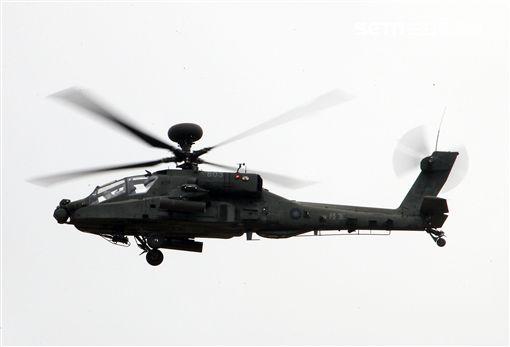 漢光演習AH-64阿帕契直升機空中攻擊施放熱煙彈。(記者邱榮吉/攝影)