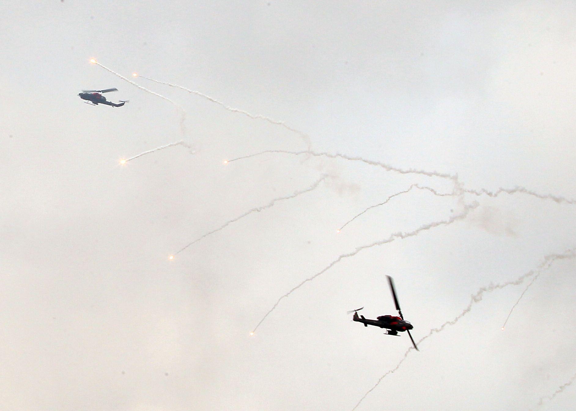 漢光34演習反空降AH-1W 眼鏡蛇攻擊直升機實施戰場掃蕩。(記者邱榮吉/清泉崗拍攝)