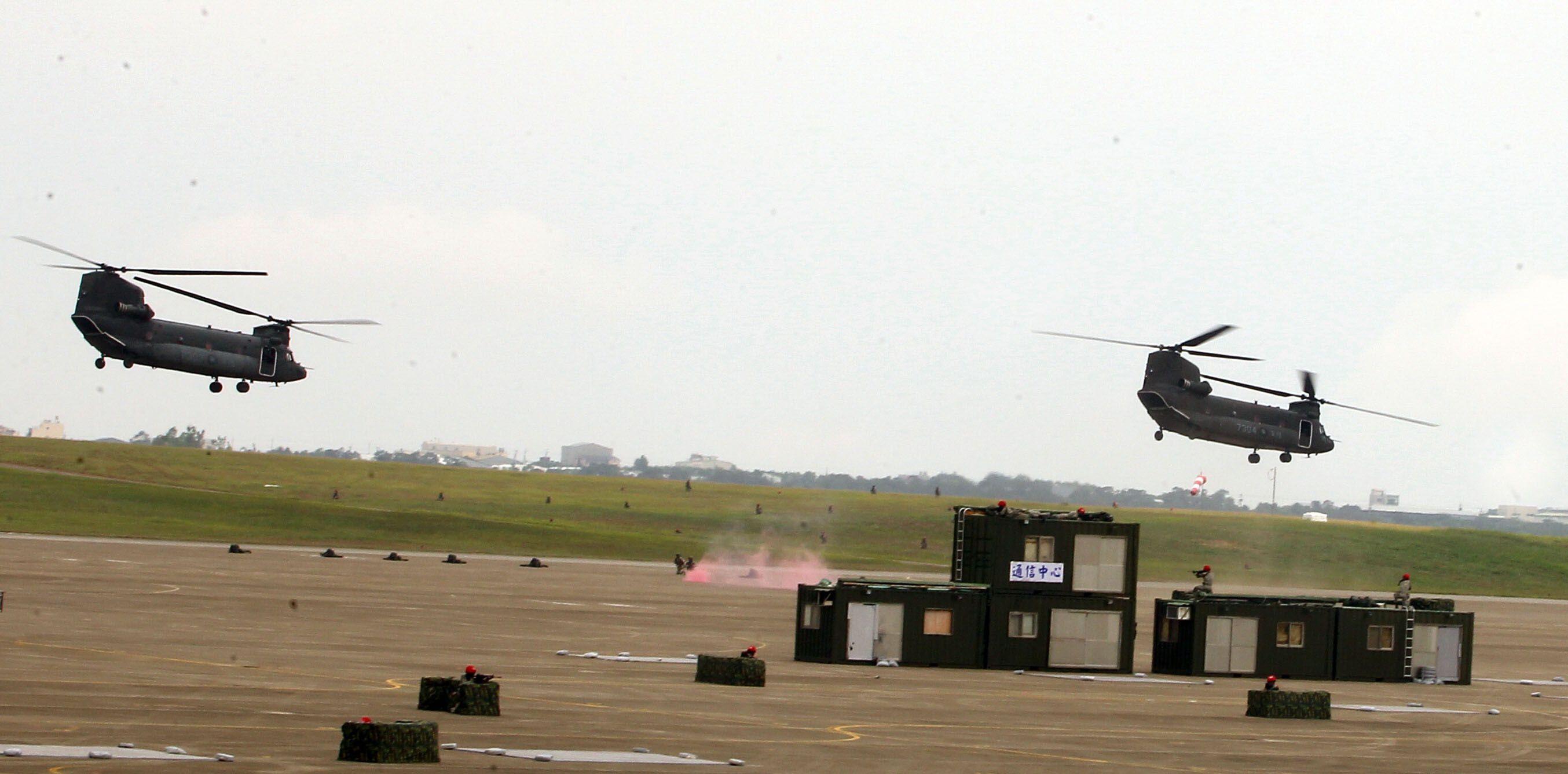 漢光34演習反空降CH-47實施空中突擊。(記者邱榮吉/清泉崗拍攝)