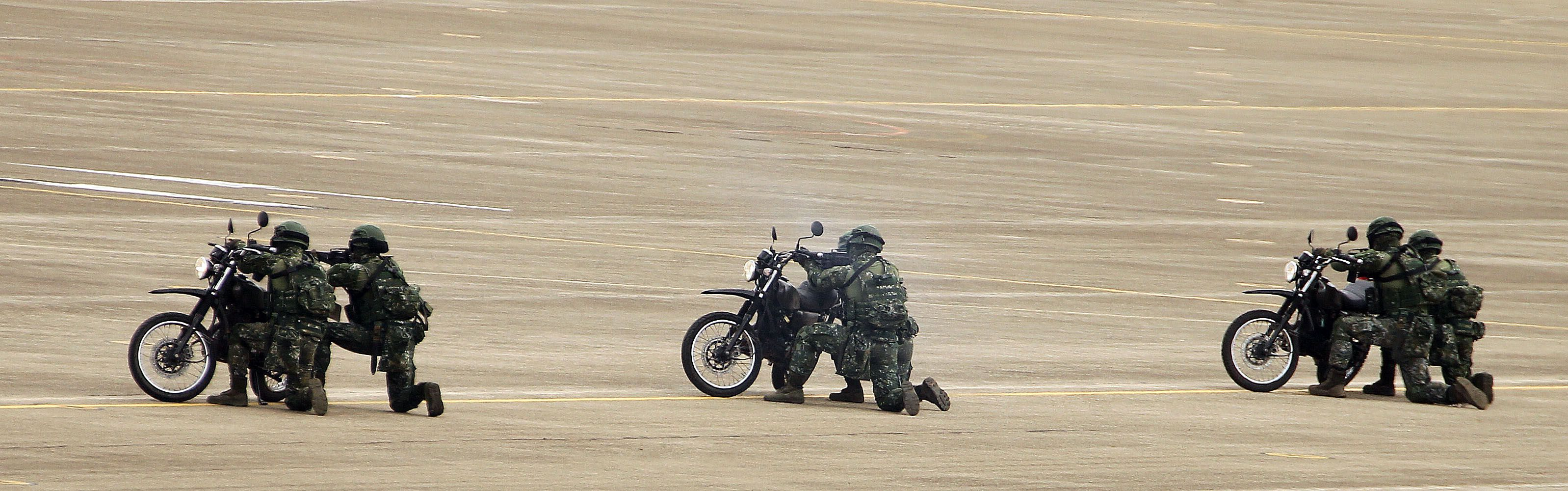 漢光34演習反空降守備大隊及機動大隊對敵攻擊。(記者邱榮吉/清泉崗拍攝)