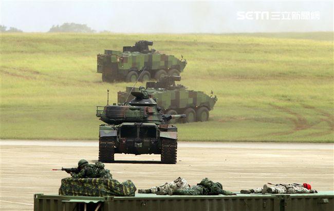 漢光34演習反空降機步特遣隊暨機動大隊掃蕩敵軍。(記者邱榮吉/清泉崗拍攝)