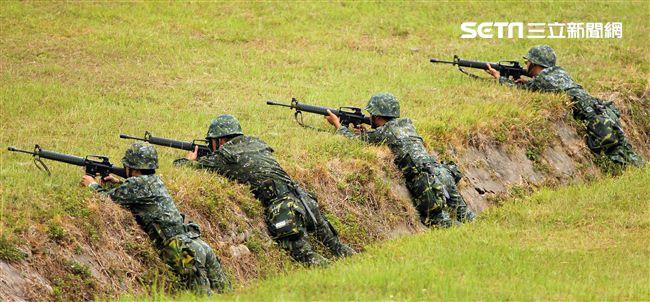 漢光34演習反空降突擊作戰隊目標區射擊及實施格鬥戰技。(記者邱榮吉/清泉崗拍攝)