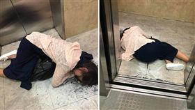 一名女網友日前下班回家時,驚見電梯口有一名酒醉女子躺在地上,她不知道該如何處理,只好拍照po文詢問廣大的網友。不少網友看到後,紛紛感嘆地說「又是不懂珍惜自己…」(圖/翻攝自爆料公社)