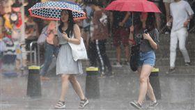 午後對流旺盛 台北大雨特報(2)午後對流發展旺盛,中央氣象局表示,大台北地區等地30日有局部大雨發生的機率,提醒民眾注意雷擊及強陣風。圖為台北午後大雨,民眾撐傘遮擋雨勢過馬路。中央社記者張新偉攝 107年5月30日