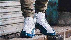 喬丹12代白藍配色復刻版籃球鞋(翻攝自JORDAN臉書粉絲頁)