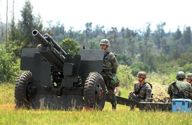 砲兵營官兵機動轉移及陣地佔領動作,驗證平日武器裝備維護實效,與外島部隊防衛作戰能力。(記者邱榮吉/金