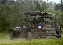 105公厘牽引榴彈砲在3.5頓戴重車牽引下機動進入砲陣地。(記者邱榮吉/金門拍攝)